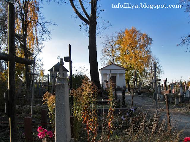панорама кладбища, кладбищенский пейзаж, могилы, памятники, старое кладбище