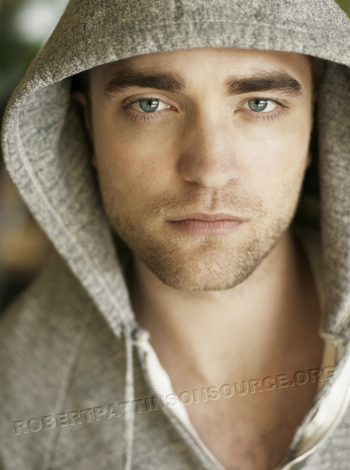 http://3.bp.blogspot.com/_-OpzhtqyVf4/TCI_KkYY6kI/AAAAAAAAIJw/Yu_erBrsvLE/s1600/tv-week-photoshoot-robert-pattinson-hoodie-green-eyes.jpg