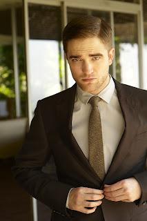 7 Diciembre- Janelle Froehlich habla sobre trabajar con Rob en Amanecer - Parte 2 Robert-pattinson-skinny-gold-tie-suit-hair-side-part-2011-new-1