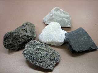 a description of the important three types of rocks found on the earths surface The three types of rocks—igneous, sedimentary, and metamorphic—are all subject to processes that change one rock type into another the images below show several types of rocks undergoing these processes.
