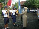 Penyerahan Bendera kepada Petugas OSIS Baru