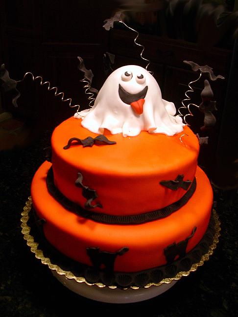 Bolos de Halloween: Fantasminha feliz sobre bolo laranja de andares