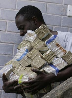 Ultima hora...Urgente CBI Hombre_miles_billetes_dirige_hacer_compra_Harare_Zimbabue