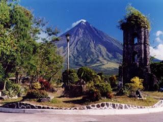 ang bulkang Mayon, sa kaaya-ayang hugis nito ay sino ba naman ang di