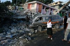 una mujer clama a Dios por misericordia ante sus bienes destruídos