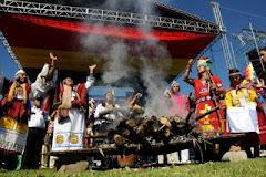 ahí en medio de fuegos, sahumerios, disfraces e invocaciones paganas