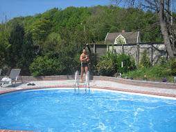 el límpide cielo y el marcado azul de la piscina de Arturo Aira ilumina