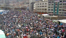 se dejó sentir. miles de maestros paran y salen a las calles pidiendo incremento del salario. furor
