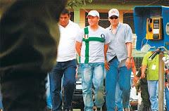 en Puerto Suárez ha sido detenido Orlando Araujo, al centro con manillas, policía sindicado.