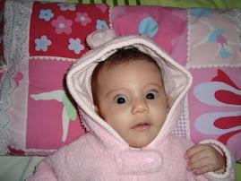 con los lindos ojos negros bien abiertos Rebeca saluda