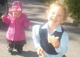 todavía con un sol brillante juegan los niños por la calle