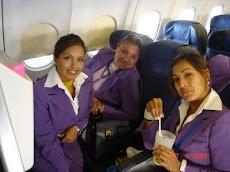 las hermanas Machicado Betancourt son simpáticas azafatas bolivianas