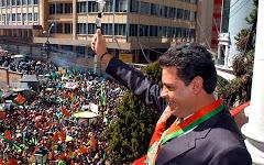 arropado por multitudes el nuevo Alcalde Luis Revilla saluda en La Paz
