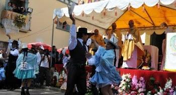 un grupo baila la cueca frente al altar Urkupiña mientras los obispos celebran misa