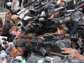 enjambre de cámaras y micrófonos en la Plaza Murillo
