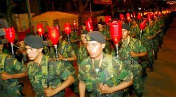 paracaídista del CITE o tropas especiales desfilan por la noche con sus faros al hombro