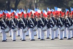 banda militar que enarbola la tricolor chilena en la gran parada del pasado 18