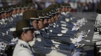 damas oficiales de una academia militar de Santiago desfilan ante Piñera en Santiago