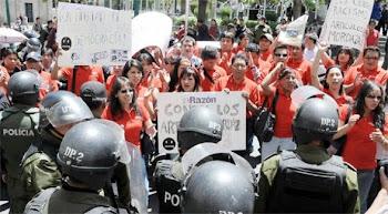 reprimidos por la policías los periodistas con poleras rojas son reprimidos en forma violenta