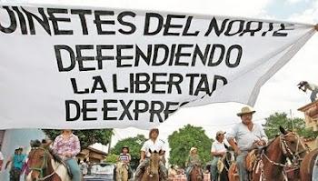 a caballo protestaron periodistas de Montero con un gigante letrero en defensa de la libertad...