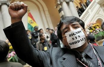 quedará como un símbolo el ingreso de este periodista al hall del Palacio Quemado