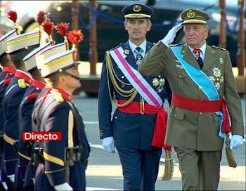 revista a las tropas que participaron en la Gran Parada del 12 de octubre en Madrid
