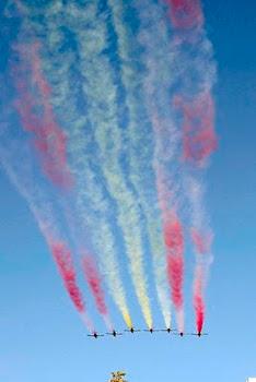 """la aviación española realizó esta formación con los colores de su bandera al celebrar """"El 12 de Oc"""""""
