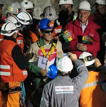 ya en tierra Carlos Mamani de buen humor posa junto al presidente de Chile