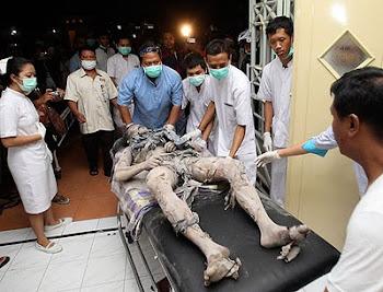 un voluntario es internado en malas condiciones cuando el volcán Merapi explosionó