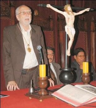 el crucifijo de nuevo en la Justicia. no tuvo ningún empacho de jurar por la señal de la cruz y ...