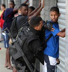 mientras en Rio miles de policías y militares limpian de narcos las favelas