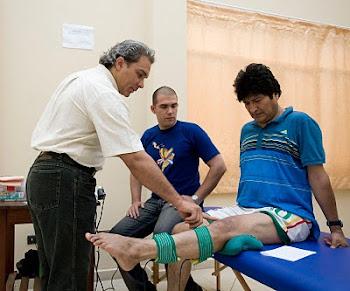 la rodilla del Jefe del Estado que un médico toca con un dedo es la rodilla operada