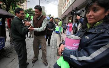 salió a las calles con unas alcancías para pedir ayuda económica a los ciudadanos