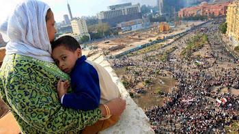 abraza al hijo mientras contempla las multitudes reunidas en contra de Mubarak