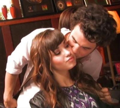 did selena gomez kiss justin bieber. did selena gomez kiss justin