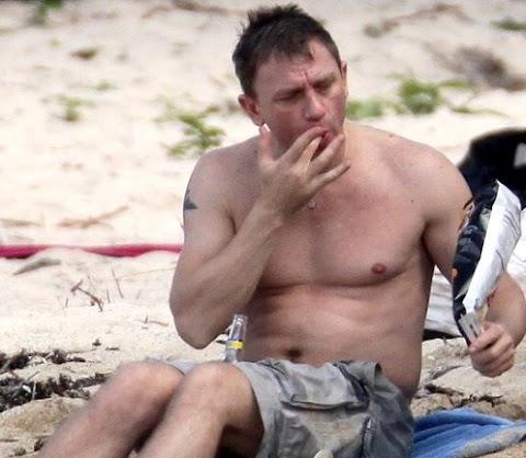 daniel craig si sfonda di patatine sulla spiaggia