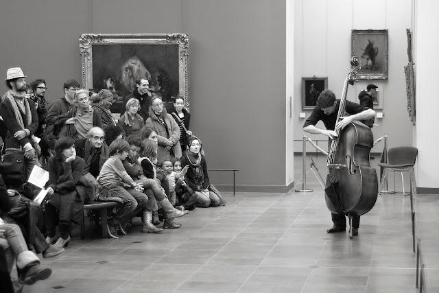 Joueur de contrebasse au Musée du Louvre