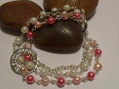 Inför mors dag lottar Hemma hos Jessica ut ett valfritt smycke frånCarolines smyckeskrin.