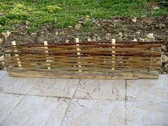 bordure en osier  sur socle en bois