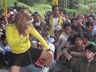 Gayus Tambunan Tertangkap Kamera Wartawan Sedang Nonton Dangdut!!