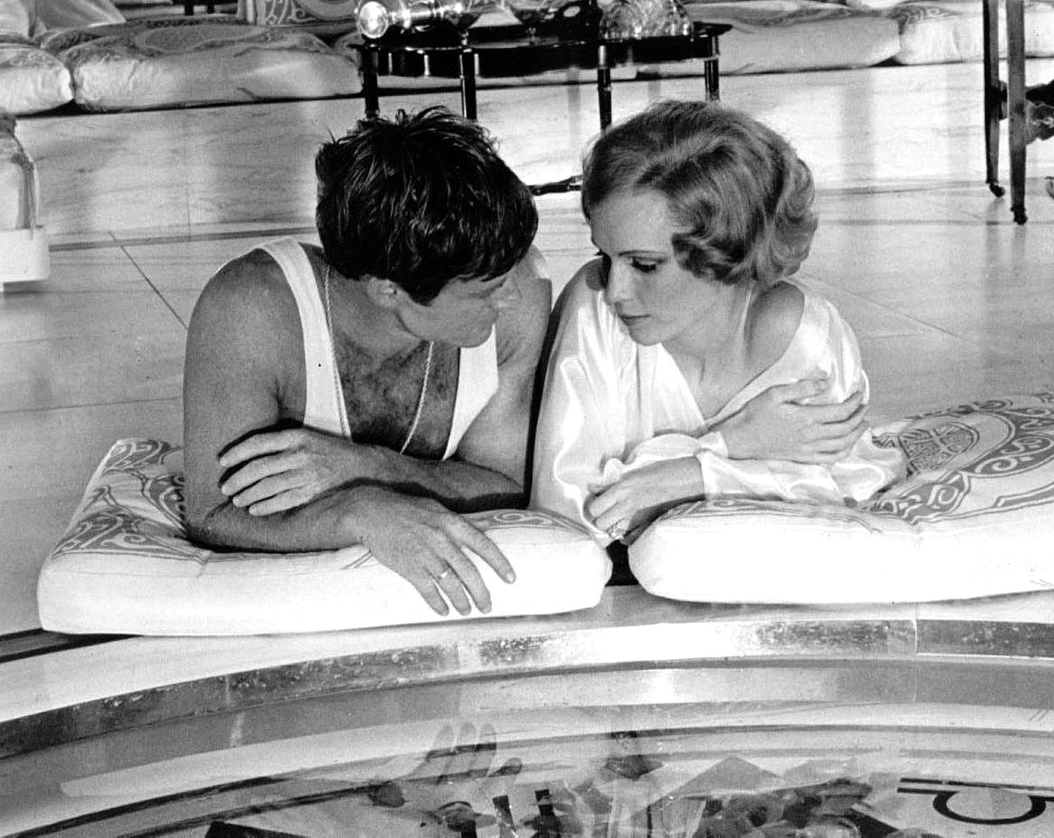 http://3.bp.blogspot.com/_04kZGR_ltmE/S8sys16uSSI/AAAAAAAAHHY/9ai48sUQS2M/s1600/The-Great-Gatsby-Robert-Redford-and-Mia-Farrow.jpg