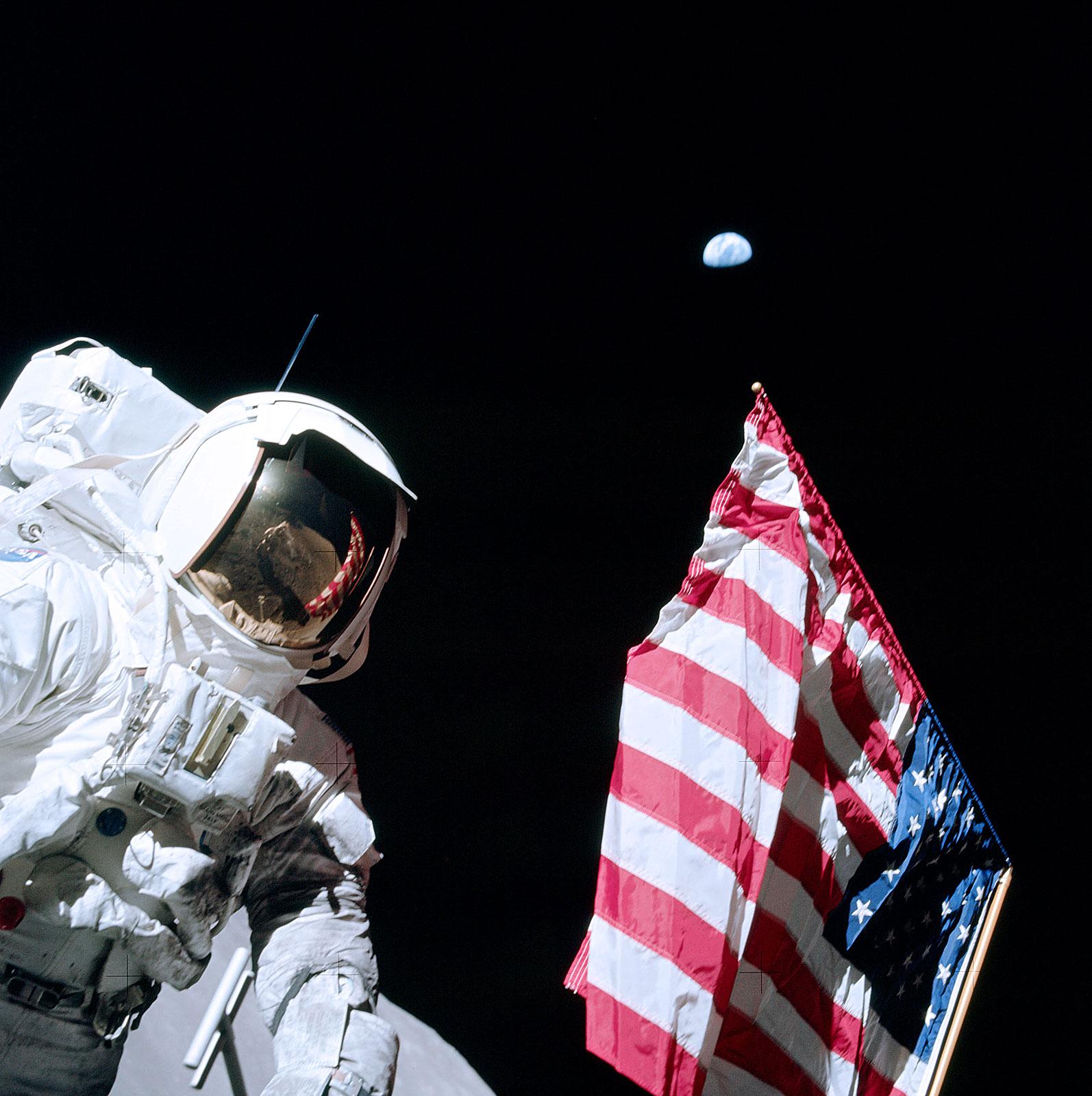 http://3.bp.blogspot.com/_04kZGR_ltmE/Ssj9_izSc8I/AAAAAAAAExA/_6MZA8gkh0A/s1600/Astronaut_Harrison_\'Jack\'_Schmitt,_American_Flag,_and_Earth_(Apollo_17_EVA-1).jpg