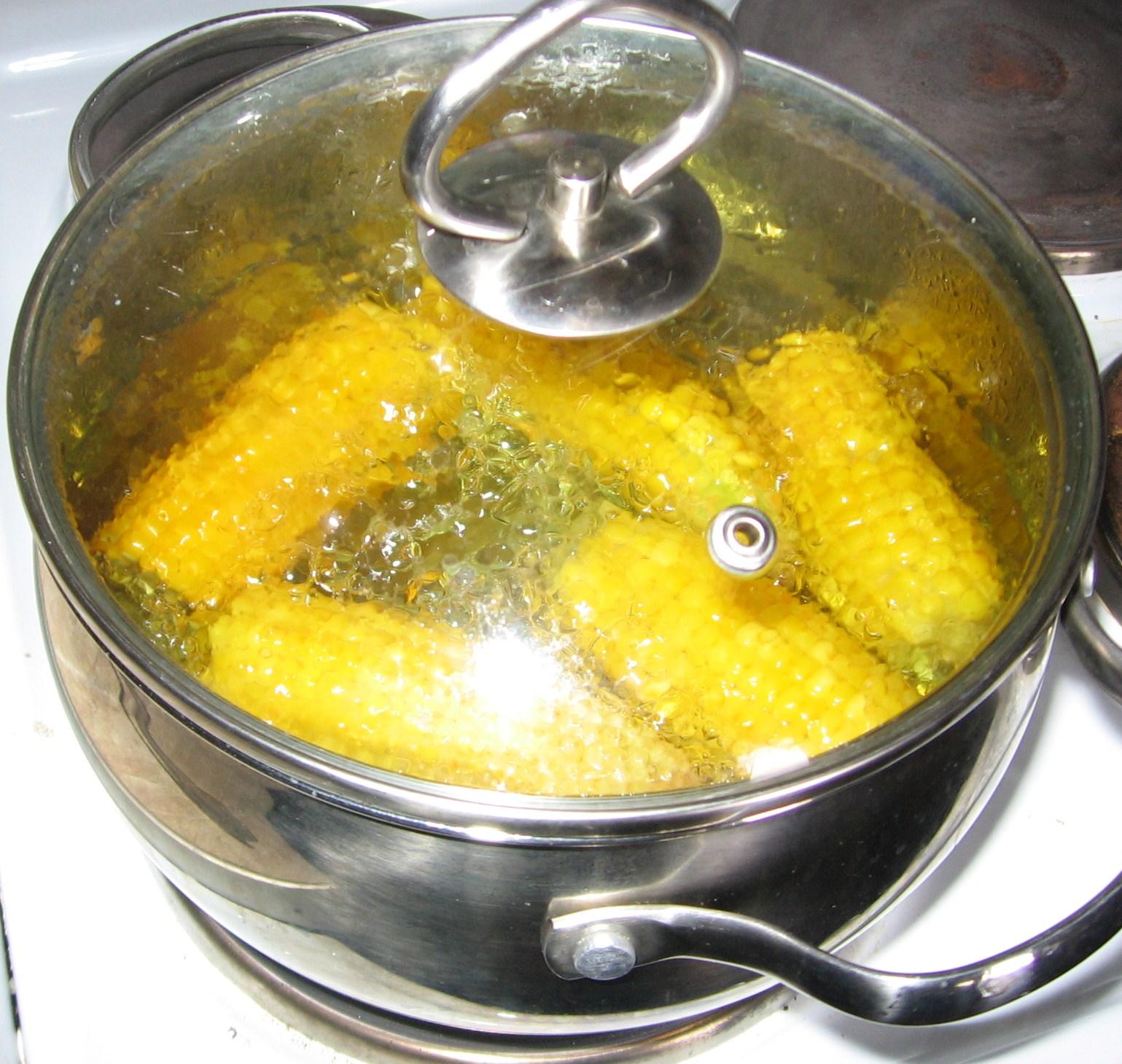 варить кукурузу в кастрюле с фото