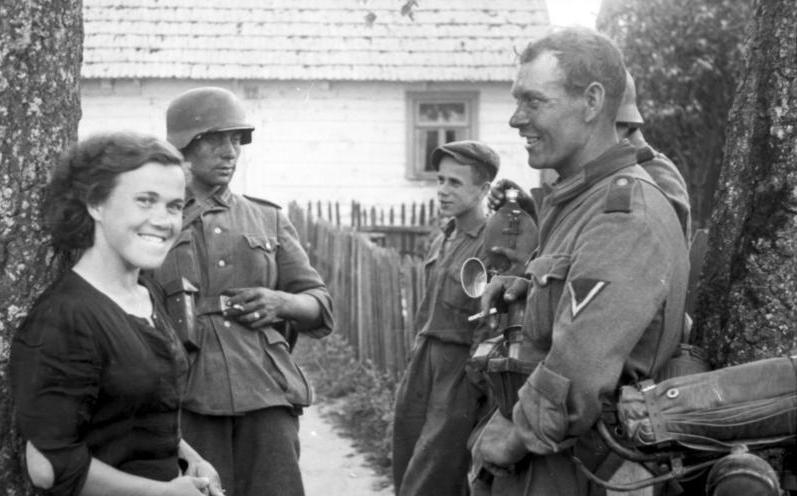 friendly local talking to German soldiers (Bundesarchiv)