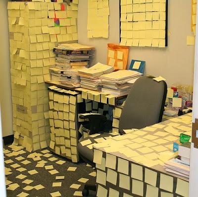 pegadinha escritório brincadeira trabalho post it