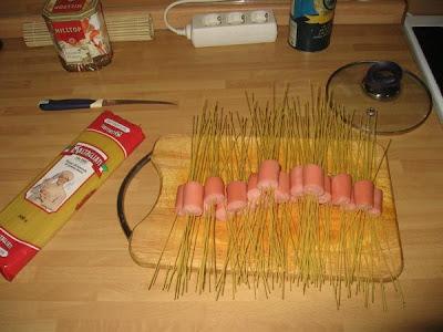salsicha com cabelo de macarrão