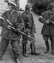 """Żołnierze """"Batalionu Zośka"""" na Woli, w środku Juliusz Bogdan Deczkowski"""