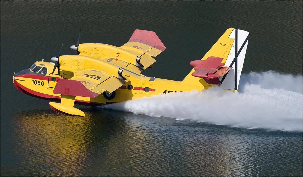 Canadair CL215T cargando agua