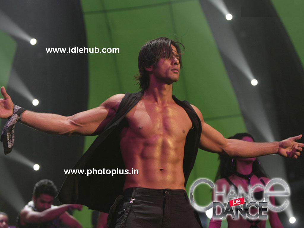 Shahid Kapoor 8 Pack Body Stage Perform