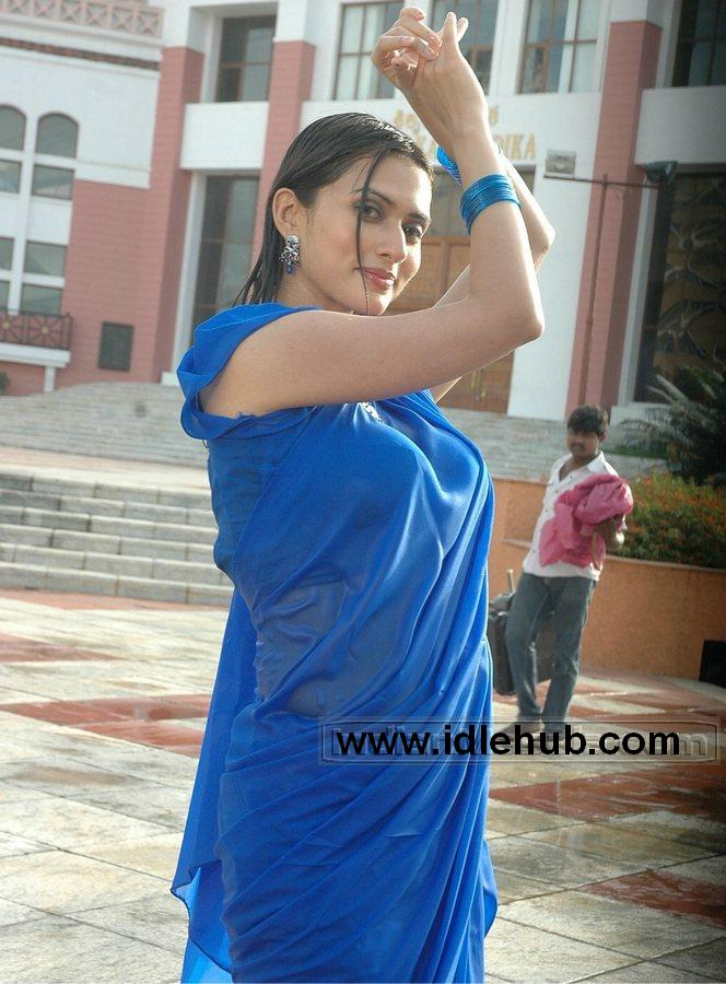 Gowri Pandit Wet Saree Breasts Part Highlighted stills photos